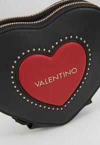 Valentino by Mario Valentino - VIOLINO - Across body bag - nero/rosso - 6