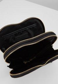 Valentino by Mario Valentino - VIOLINO - Across body bag - nero/rosso - 4