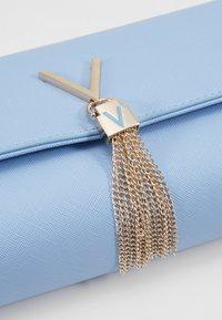Valentino by Mario Valentino - DIVINA - Taška spříčným popruhem - light blue - 6