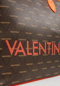 Valentino by Mario Valentino - LIUTO FLUO - Sac à main - orange/brown - 4