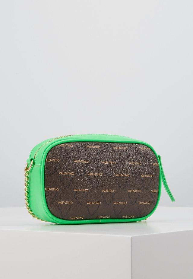 Taška spříčným popruhem - brown/neon green