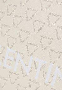 Valentino by Mario Valentino - LIUTO - Handtas - ecru/multi - 4