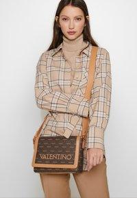 Valentino by Mario Valentino - LIUTO - Borsa a tracolla - brown multi - 1