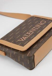 Valentino by Mario Valentino - LIUTO - Borsa a tracolla - brown multi - 5