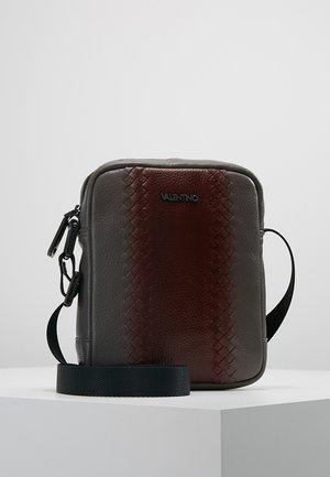 ERIC - Across body bag - grey/bordeaux