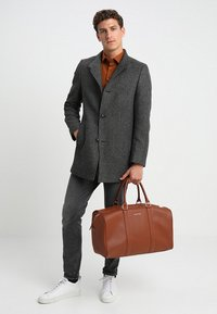 Valentino by Mario Valentino - FILIPPO - Weekend bag - dark cognac - 1