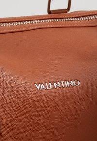 Valentino by Mario Valentino - FILIPPO - Weekend bag - dark cognac - 8