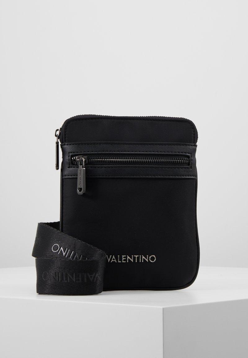 Valentino by Mario Valentino - LUPO CROSSBODY - Umhängetasche - nero