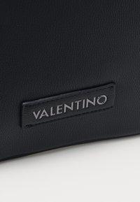 Valentino by Mario Valentino - FINN - Taška spříčným popruhem - nero - 3