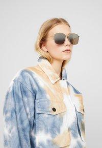 Alexander McQueen - Sluneční brýle - brown - 1