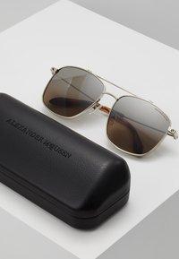 Alexander McQueen - Sluneční brýle - brown - 2