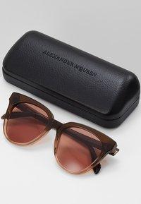 Alexander McQueen - Sonnenbrille - brown - 2