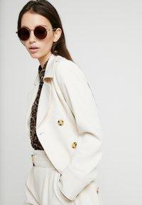 Alexander McQueen - Sonnenbrille - gold-coloured/brown - 1