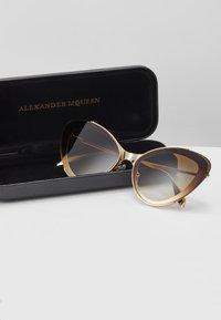 Alexander McQueen - Sluneční brýle - gold-coloured/brown - 3