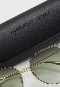 Alexander McQueen - SUNGLASS WOMAN  - Sluneční brýle - gold-coloured/green