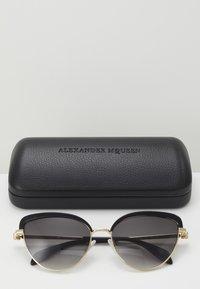 Alexander McQueen - Sluneční brýle - black/gold-coloured/grey - 3