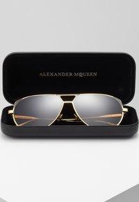 Alexander McQueen - Sluneční brýle - gold-coloured/brown - 2