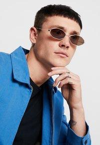 Alexander McQueen - Solbriller - silver-coloured - 1