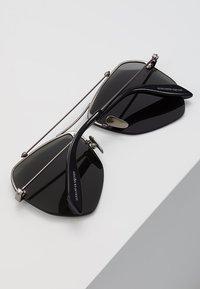 Alexander McQueen - Sluneční brýle - black - 5