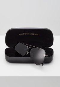 Alexander McQueen - Sluneční brýle - black - 2