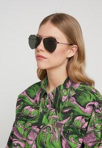 Alexander McQueen - Sluneční brýle - black - 3