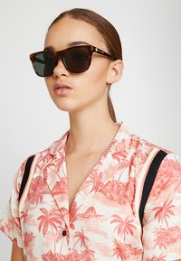 Alexander McQueen - Sluneční brýle - havana brown - 3