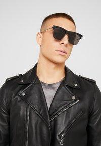 Alexander McQueen - Sluneční brýle - black/ruthenium/grey - 1