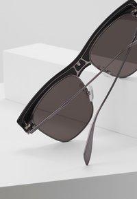 Alexander McQueen - Sluneční brýle - black/ruthenium/grey - 4