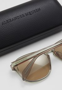 Alexander McQueen - SUNGLASS  - Sluneční brýle - beige/brown - 1