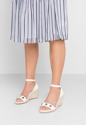 BRETTE - Korolliset sandaalit - white