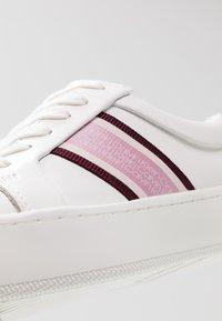 Calvin Klein - CASHAWNDA - Sneakersy niskie - white/bordeaux - 2