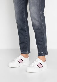 Calvin Klein - CASHAWNDA - Sneakersy niskie - white/bordeaux - 0