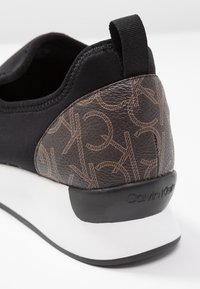 Calvin Klein - Loaferit/pistokkaat - black/brown