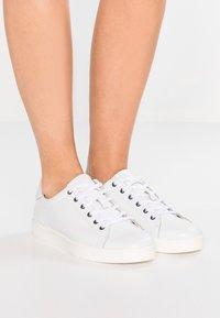 Calvin Klein - Sneakersy niskie - white - 0