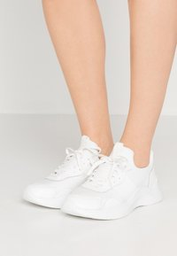 Calvin Klein - RUNNER - Baskets basses - white - 0