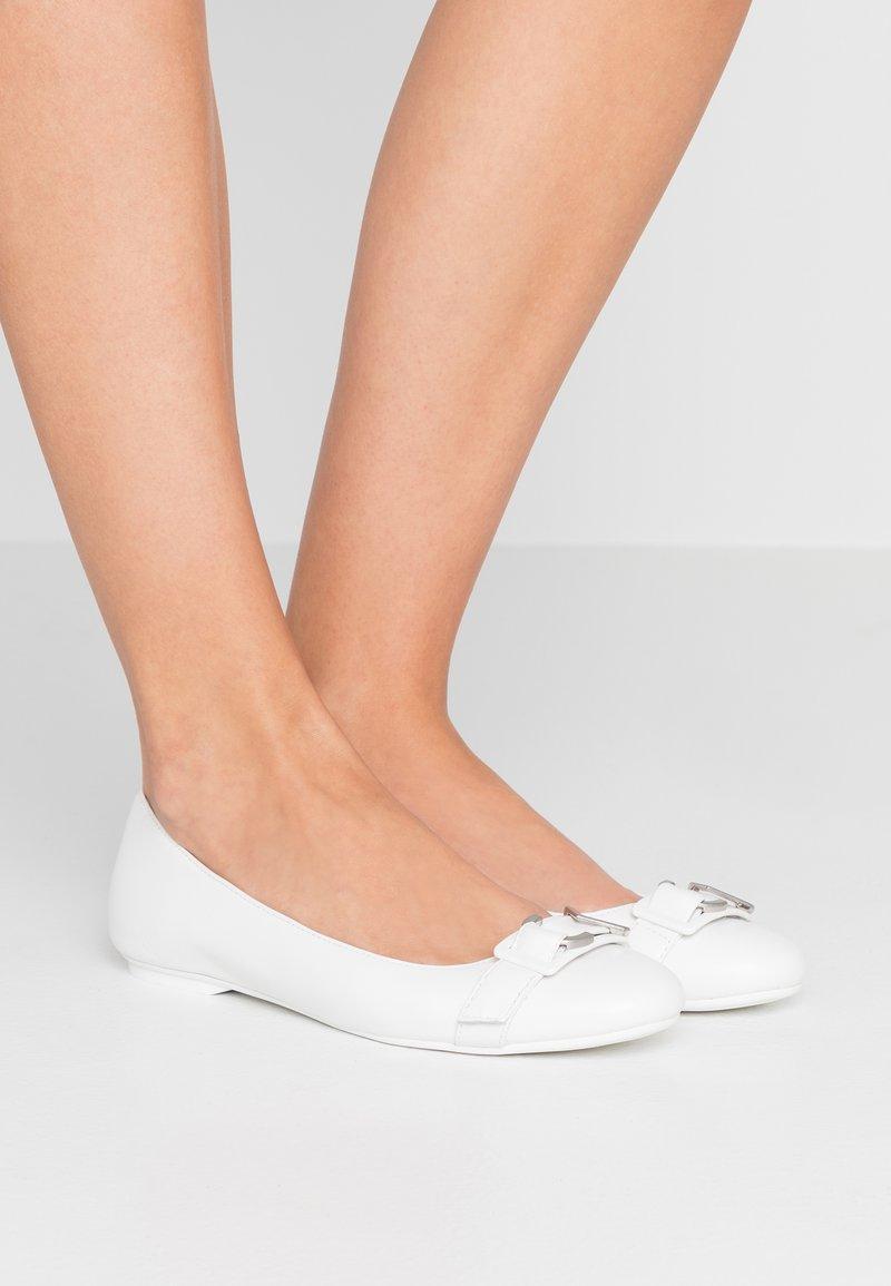 Calvin Klein - ORION - Klassischer  Ballerina - white/silver