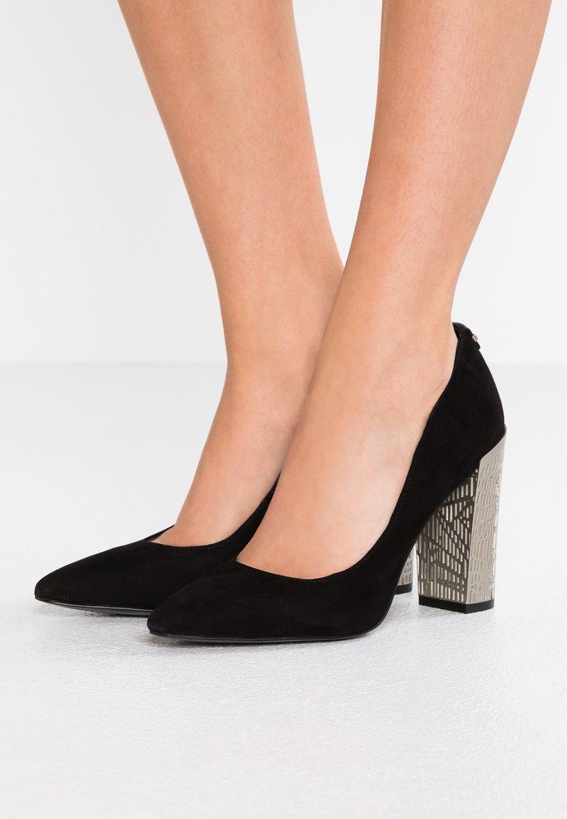 Calvin Klein - NEEMA - Lodičky na vysokém podpatku - black