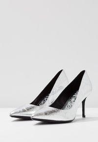 Calvin Klein - GAZELLE - Tacones - silver - 4