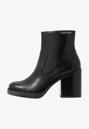 FAYIZ - Højhælede støvletter - black