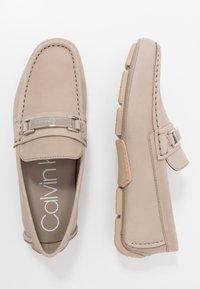 Calvin Klein - KIERSON - Elegantní nazouvací boty - taupe - 1