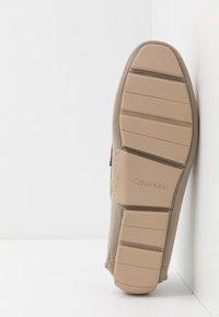 Calvin Klein - KIERSON - Elegantní nazouvací boty - taupe - 4