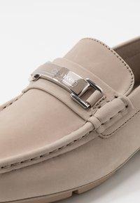 Calvin Klein - KIERSON - Elegantní nazouvací boty - taupe - 5