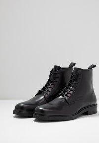 Calvin Klein - FORDEN LACE UP BOOTIE - Nauhalliset nilkkurit - black - 2