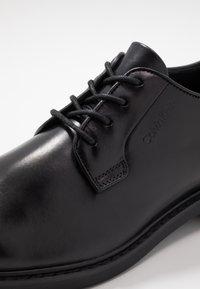 Calvin Klein - FLORIN DERBY  - Elegantní šněrovací boty - black - 5