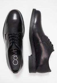 Calvin Klein - FLORIN DERBY  - Elegantní šněrovací boty - black - 1