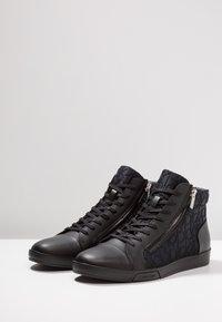 Calvin Klein - BERKE EMBOS - Korkeavartiset tennarit - black - 2