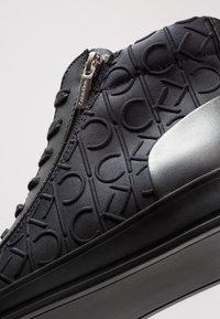Calvin Klein - BERKE EMBOS - Korkeavartiset tennarit - black - 5
