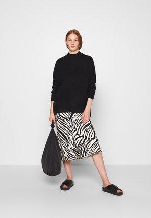 ELASTICATED BIASMIDI SKIRT - Pouzdrová sukně - black/white