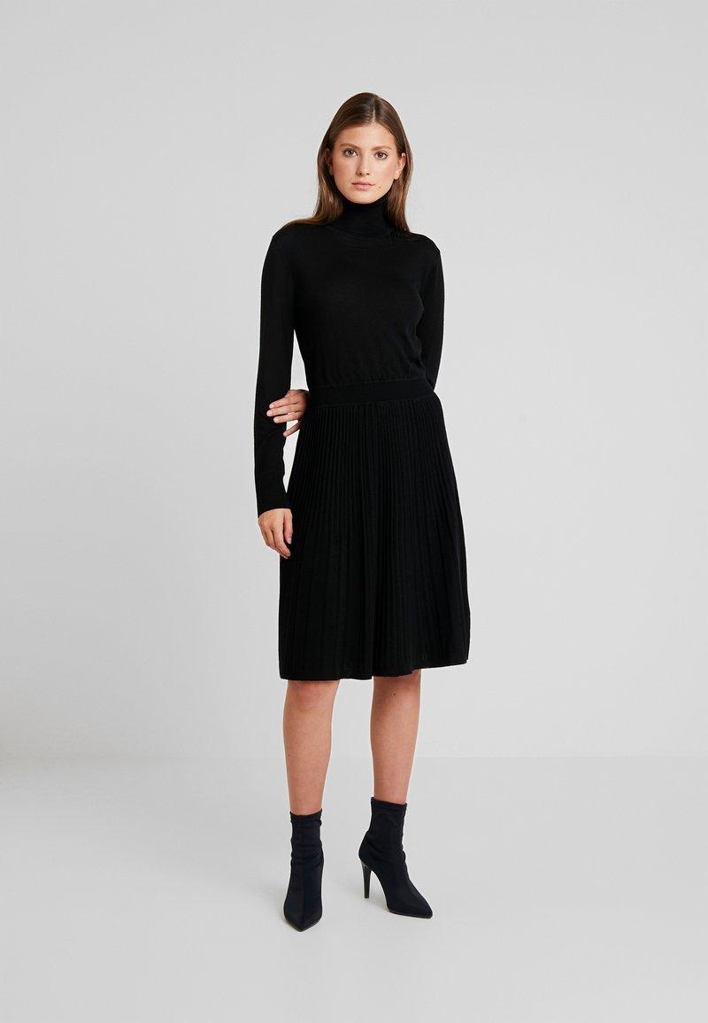 Calvin Klein - SUPERFINE FLARE DRESS - Strikket kjole - black