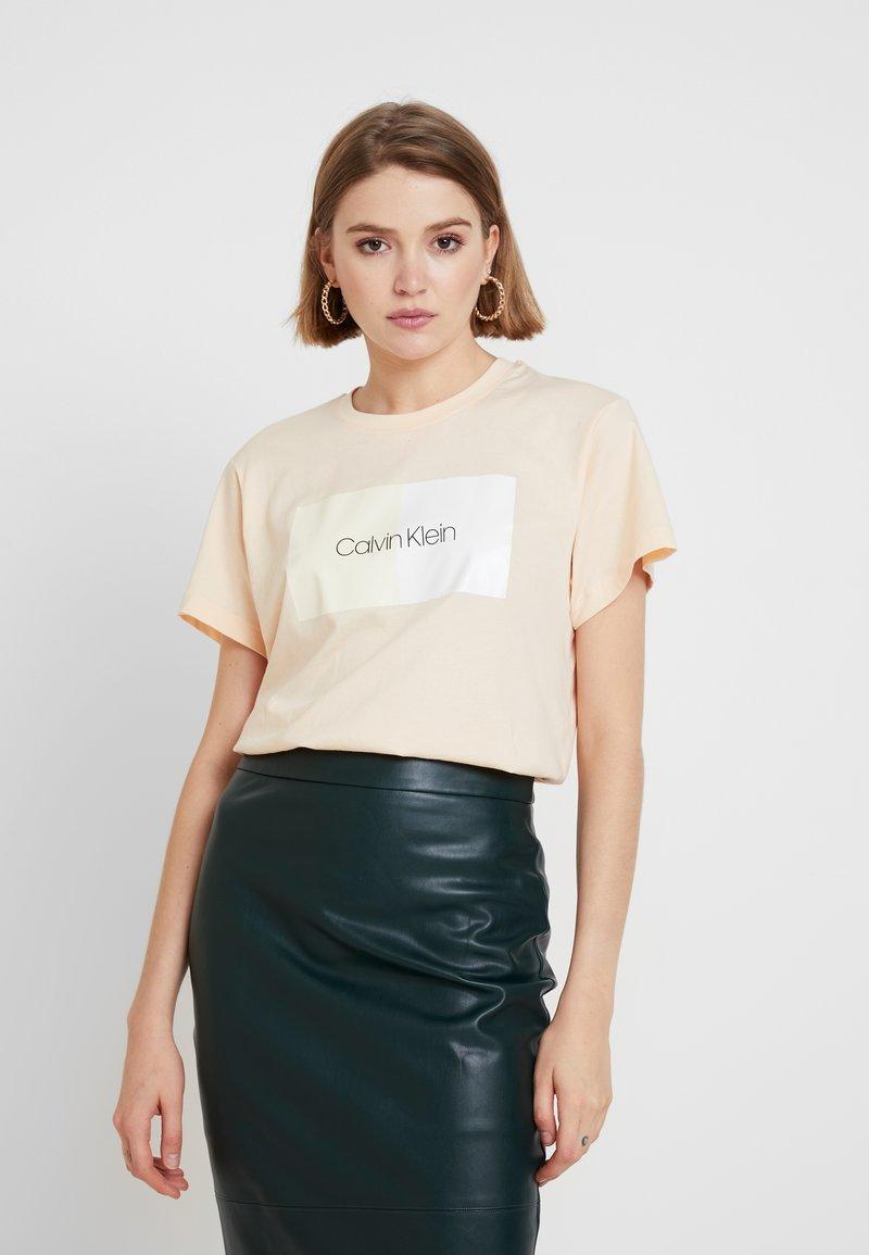 Calvin Klein - DUAL LOGO TEE - T-Shirt print - nude